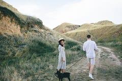 Portrait extérieur de marcher de jeunes couples enceintes dans le domaine photographie stock libre de droits