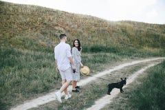 Portrait extérieur de marcher de jeunes couples enceintes dans le domaine photo stock
