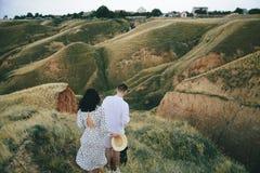 Portrait extérieur de marcher de jeunes couples enceintes dans le domaine images stock