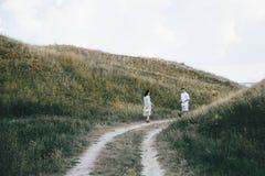 Portrait extérieur de marcher de jeunes couples enceintes dans le domaine photographie stock