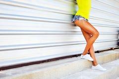 Portrait extérieur de mode d'une belle femme blonde avec h chic Images libres de droits
