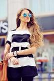 Portrait extérieur de mode d'une belle femme blonde avec h chic Image stock