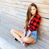 Portrait extérieur de mode de belle femme de brune Photos stock