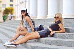 Portrait extérieur de mode de deux amies sexy Images stock