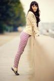 Portrait extérieur de mode de jeune femme sexy au remblai photographie stock libre de droits