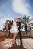 Portrait extérieur de mode de jeunes beaux couples Le jour de Valentine Amour mariage Photo libre de droits