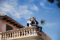 Portrait extérieur de mode de jeunes beaux couples Le jour de Valentine Amour mariage Photo stock