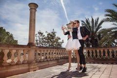 Portrait extérieur de mode de jeunes beaux couples Le jour de Valentine Amour mariage Images stock