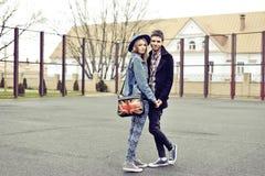 Portrait extérieur de mode de jeunes couples élégants de hippies images stock