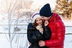 Portrait extérieur de mode de jeunes couples sensuels dans le wather froid d'hiver Photos stock