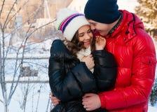 Portrait extérieur de mode de jeunes couples sensuels dans le wather froid d'hiver Photos libres de droits