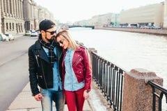 Portrait extérieur de mode des couples élégants marchant sur le coucher du soleil regard noir en cuir de port de petit pain de la Photo stock