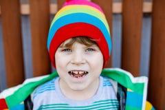 Portrait extérieur de mode du garçon adorable de petit enfant portant les vêtements colorés Images libres de droits