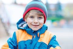 Portrait extérieur de mode du garçon adorable de petit enfant portant les vêtements colorés Photographie stock libre de droits