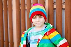 Portrait extérieur de mode du garçon adorable de petit enfant portant les vêtements colorés Photo stock