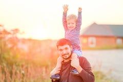 Portrait extérieur de père et de fils à la lumière du soleil de coucher du soleil Images stock