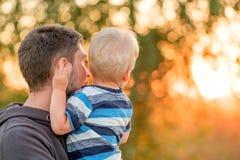 Portrait extérieur de père et de fils à la lumière du soleil de coucher du soleil Images libres de droits