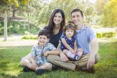 Portrait extérieur de parc de jeune famille attrayante de métis Image libre de droits