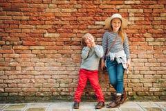 Portrait extérieur de petit garçon et de fille mignons Photo libre de droits