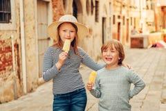 Portrait extérieur de petit garçon et de fille mignons Images libres de droits