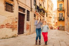 Portrait extérieur de petit garçon et de fille mignons Image libre de droits