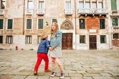 Portrait extérieur de petit garçon et de fille mignons Photo stock