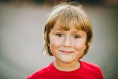 Portrait extérieur de petit garçon mignon Photo libre de droits