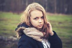 Portrait extérieur de plan rapproché d'adolescente blonde Photographie stock libre de droits