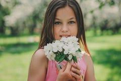 Portrait extérieur de plan rapproché de ressort des 11 années adorables de fille de la préadolescence d'enfant Photos libres de droits