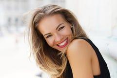 Portrait extérieur de sourire de jeune femme insouciante heureuse Photographie stock libre de droits