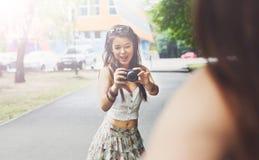 Portrait extérieur de trois amis prenant des photos avec un smartphone Photographie stock libre de droits
