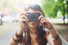 Portrait extérieur de trois amis prenant des photos avec un smartphone Images stock