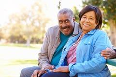 Portrait extérieur des couples supérieurs affectueux photo libre de droits