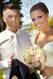 Portrait extérieur des jeunes mariés Image libre de droits