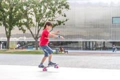 Portrait extérieur du jeune garçon de sourire d'adolescent montant le mode court Photographie stock libre de droits