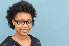 Portrait extérieur horizontal de belle jeune femme d'Afro-américain - personnes de race noire photo libre de droits