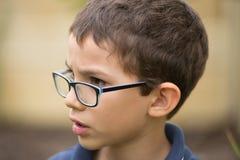 Portrait extérieur inquiété de jeune garçon fâché Images stock