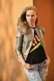 Portrait extérieur de jeune modèle à la mode de charme Photographie stock libre de droits