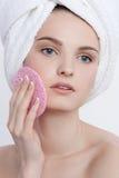 Portrait facial de beauté de jeune femme aux yeux bleus Image libre de droits