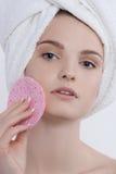 Portrait facial de beauté de jeune femme aux yeux bleus avec le maquillage naturel Photo stock