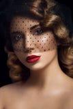 Portrait facial de jeune femme avec les yeux bruns Images stock
