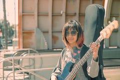 Portrait fané de guitariste féminin par la station de métro Images stock