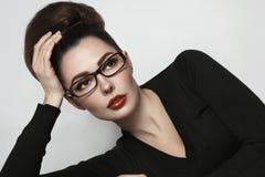 Portrait fascinant de style de vintage de jeune belle femme dans le gla photos stock