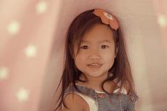 Portrait femelle asiatique d'enfant en bas âge avec le tissu rose Photo libre de droits