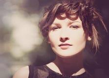 Portrait femelle avec le bokeh de beauté photographie stock libre de droits