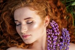 Portrait femelle de beaut? Belle fille red-haired Le concept de la mode, de la beauté, des cosmétiques et du soin images stock