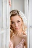 Portrait femelle de dame mignonne dans le soutien-gorge rose à l'intérieur Photographie stock