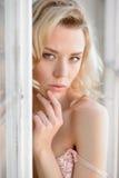 Portrait femelle de dame mignonne dans le soutien-gorge rose à l'intérieur Photo libre de droits