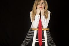 Portrait femelle de modèle se penchant sur ses coudes sur un tabouret de bar Images libres de droits