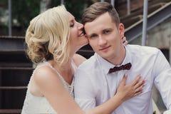 Portrait femelle et masculin Madame et type dehors Couples de mariage dans l'amour, portrait en gros plan de jeunes et heureux je Photos libres de droits